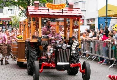 Nos Desfiles da Oktoberfest os Tratores da Ford são Atração