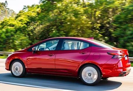 Nissan versa com antena estilo tubarão
