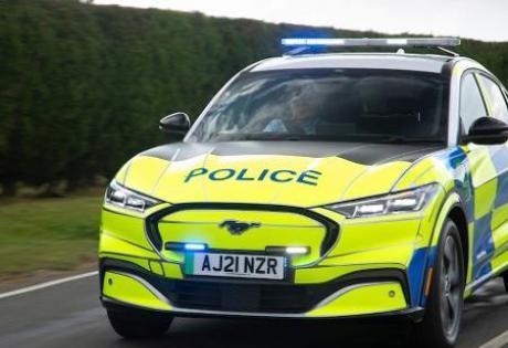 Ford Mustang vira carro de Polícia